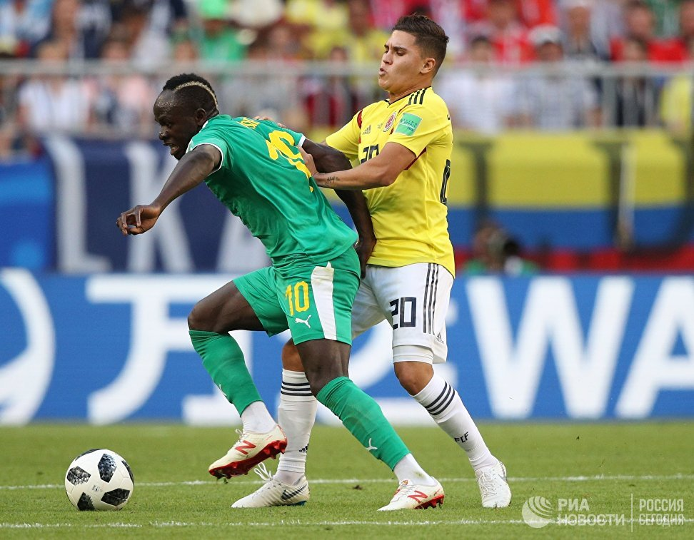 Форвард сборной Сенегала Садио Мане и  полузащитник сборной Колумбии Хуан Кинтеро (слева направо)