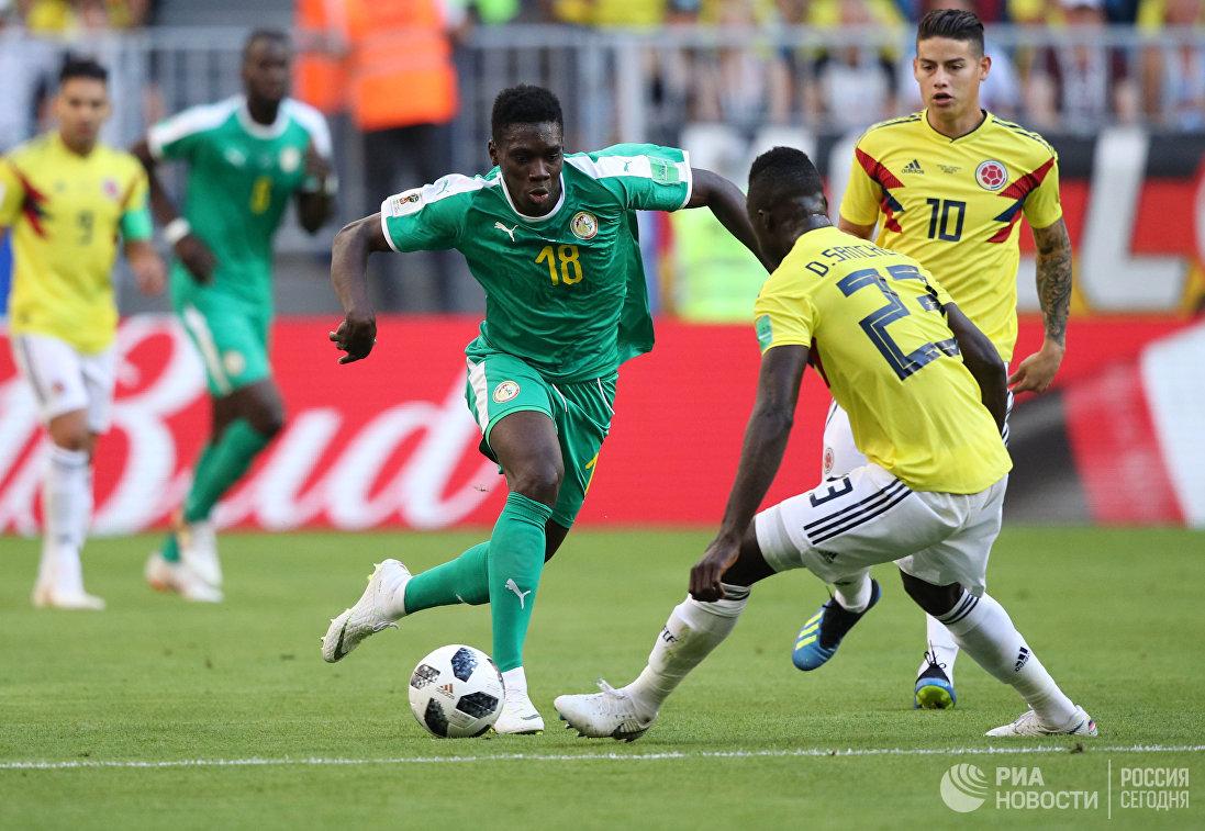 Форвард сборной Сенегала Исмаила Сарр и защитник сборной Колумбии Давинсон Санчес (слева направо)
