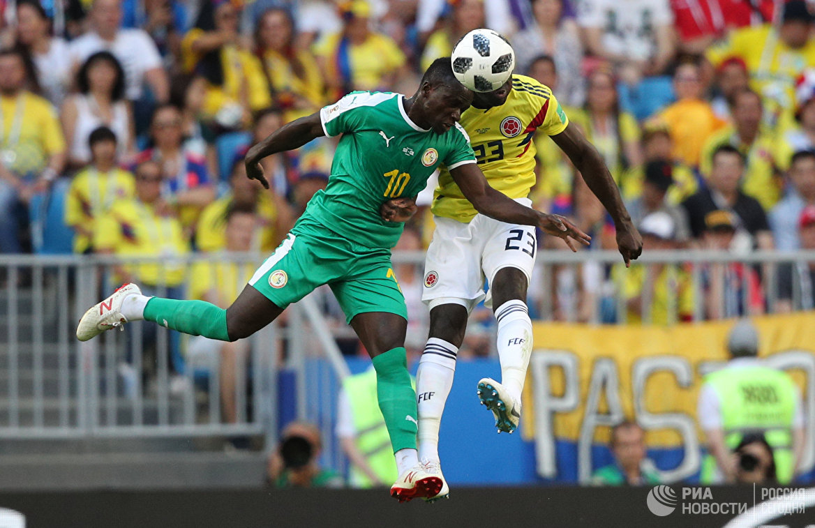 Форвард сборной Сенегала Садио Мане и защитник сборной Колумбии Давинсон Санчес (слева направо)