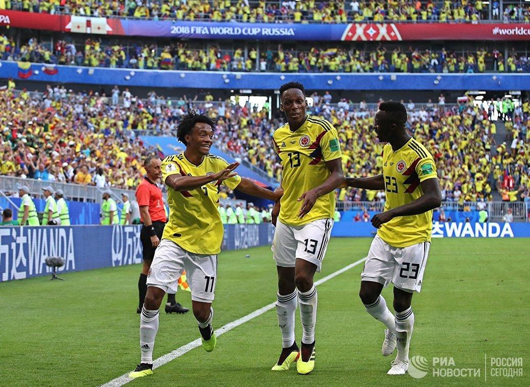 Футболисты сборной Колумбии радуются забитому голу