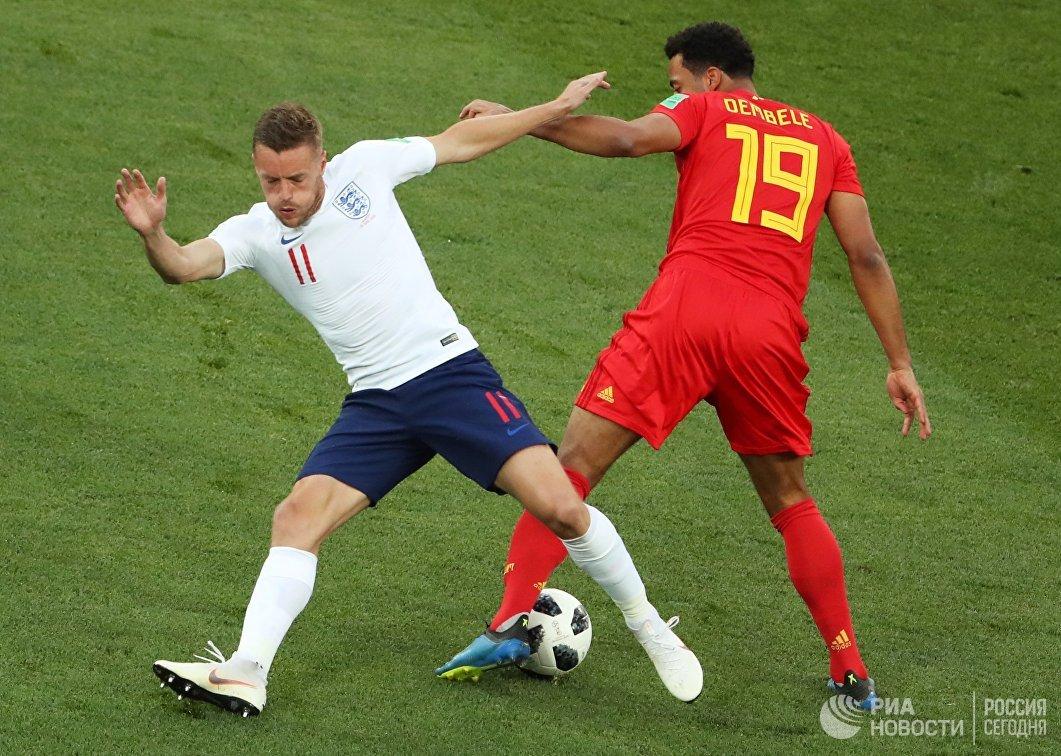 Форвард сборной Англии Джейми Варди и полузащитник сборной Бельгии Мусса Дембеле (слева направо)