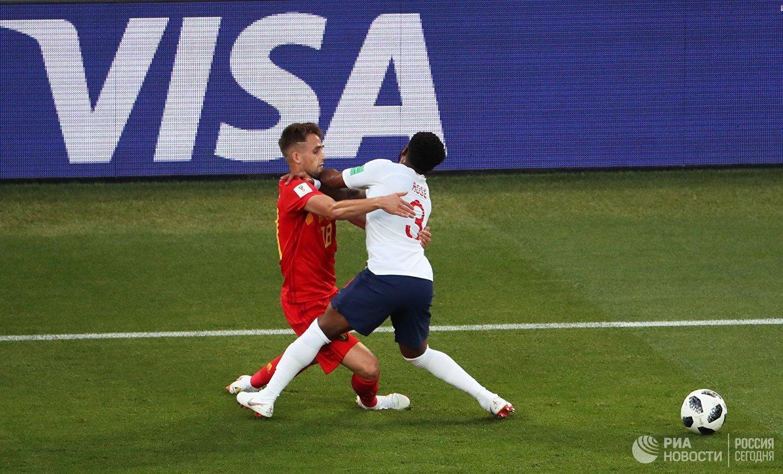 Хавбек сборной Бельгии Аднан Янузай и защитник сборной Англии Дэнни Роуз (слева направо)