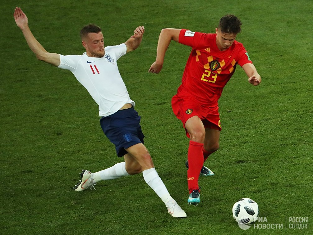 Форвард сборной Англии Джейми Варди и хавбек сборной Бельгии Леандер Дендонкер (слева направо)