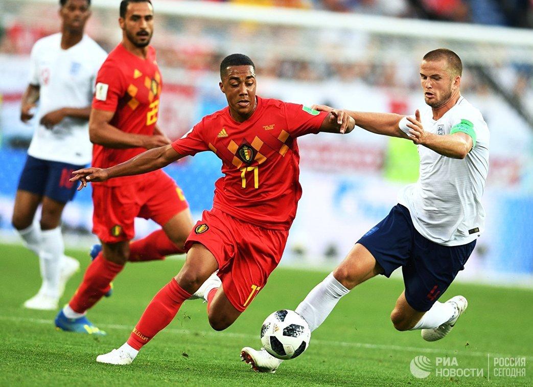 Хавбек сборной Бельгии Юри Тилеманс и полузащитник сборной Англии Эрик Дайер (слева направо)