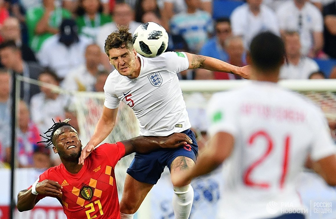 Форвард сборной Бельгии Миши Батшуайи и защитник сборной Англии Джон Стоунз (слева направо)