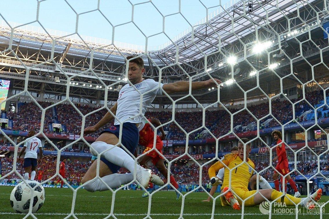Защитник сборной Англии Гари Кэхилл и вратарь сборной Англии Джордан Пикфорд (слева направо)