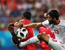 Полузащитник сборной Туниса Ферджани Сасси (справа)