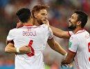 Футболисты сборной Туниса Рами Бедуи, Фахреддин Бен-Юссеф и Уссама Хаддади (слева направо) радуются забитому мячу