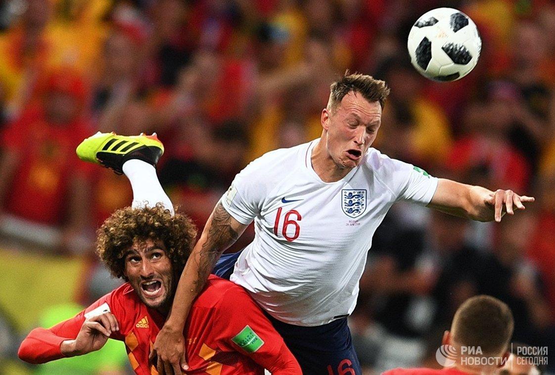 Хавбек сборной Бельгии Маруан Феллайни и защитник сборной Англии Фил Джонс (слева направо)
