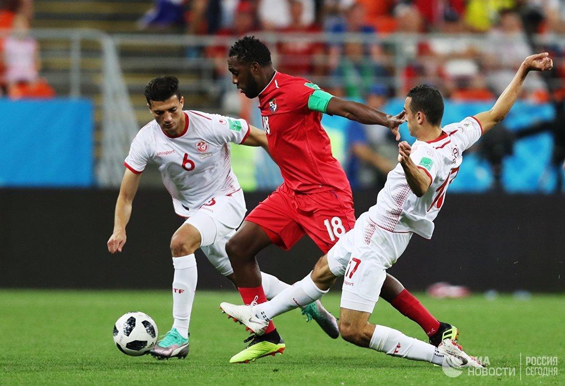 Защитник сборной Туниса Рами Бедуи, форвард сборной Панамы Луис Техада и хавбек сборной Туниса Элье Скири (слева направо)