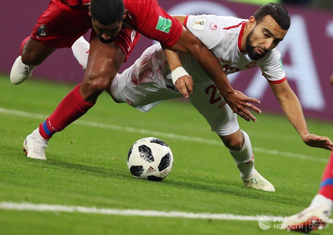 Полузащитник сборной Панамы Габриэль Гомес и хавбек сборной Туниса Наим Слити (слева направо)