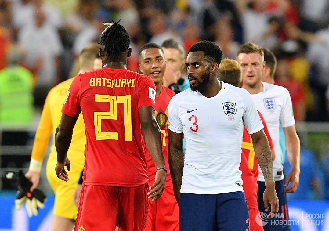Форвард сборной Бельгии Миши Батшуайи и защитник сборной Англии Дэнни Роуз (слева направо)