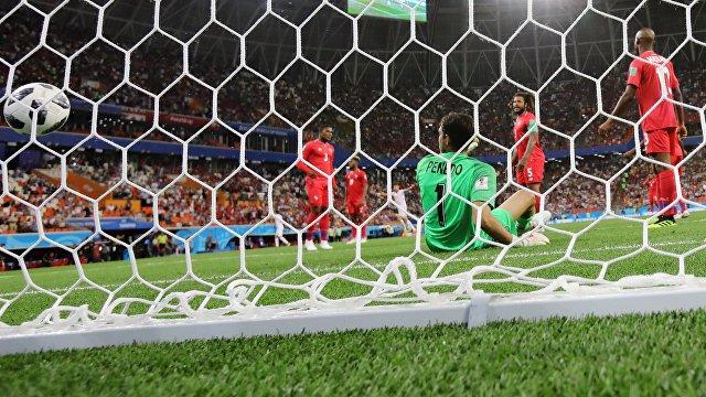 Вратарь сборной Панамы Хайме Пенедо пропускает мяч в свои ворота