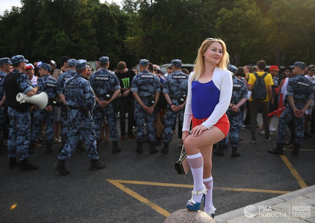 Болельщица в фан-зоне во время матча чемпионата мира между сборными Уругвая и России
