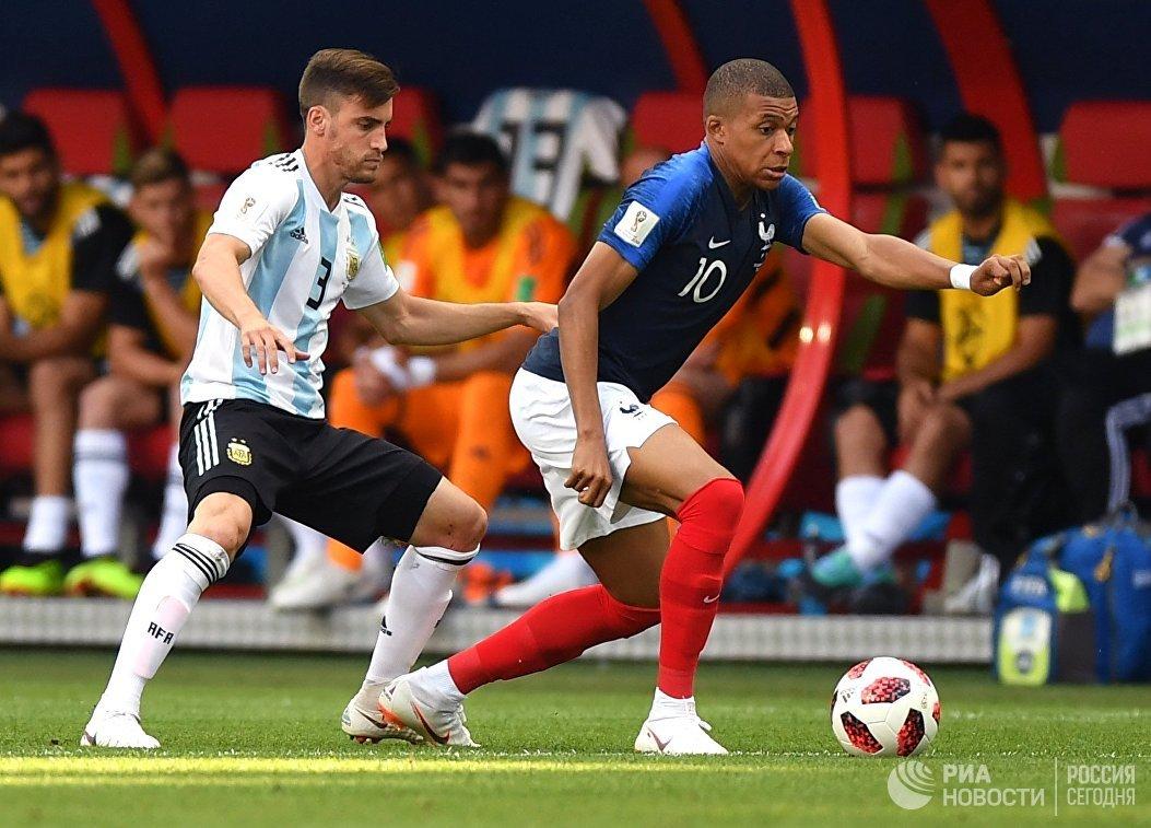 Защитник сборной Аргентины Николас Тальяфико и нападающий сборной Франции Килиан Мбаппе (Слева направо)