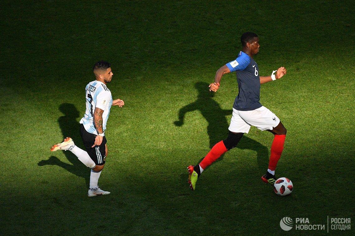 Полузащитник сборной Аргентины Эвер Банега и французский полузащитник Поль Погба