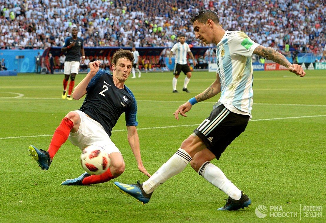 Французский защитник Бенжамен Павар и полузащитник сборной Аргентины Анхель Ди Мария (Слева направо)