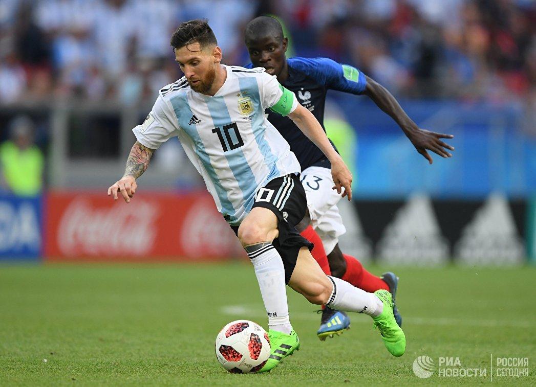 Нападающий аргентинцев Лионель Месси и французский полузащитник Нголо Канте (слева направо)
