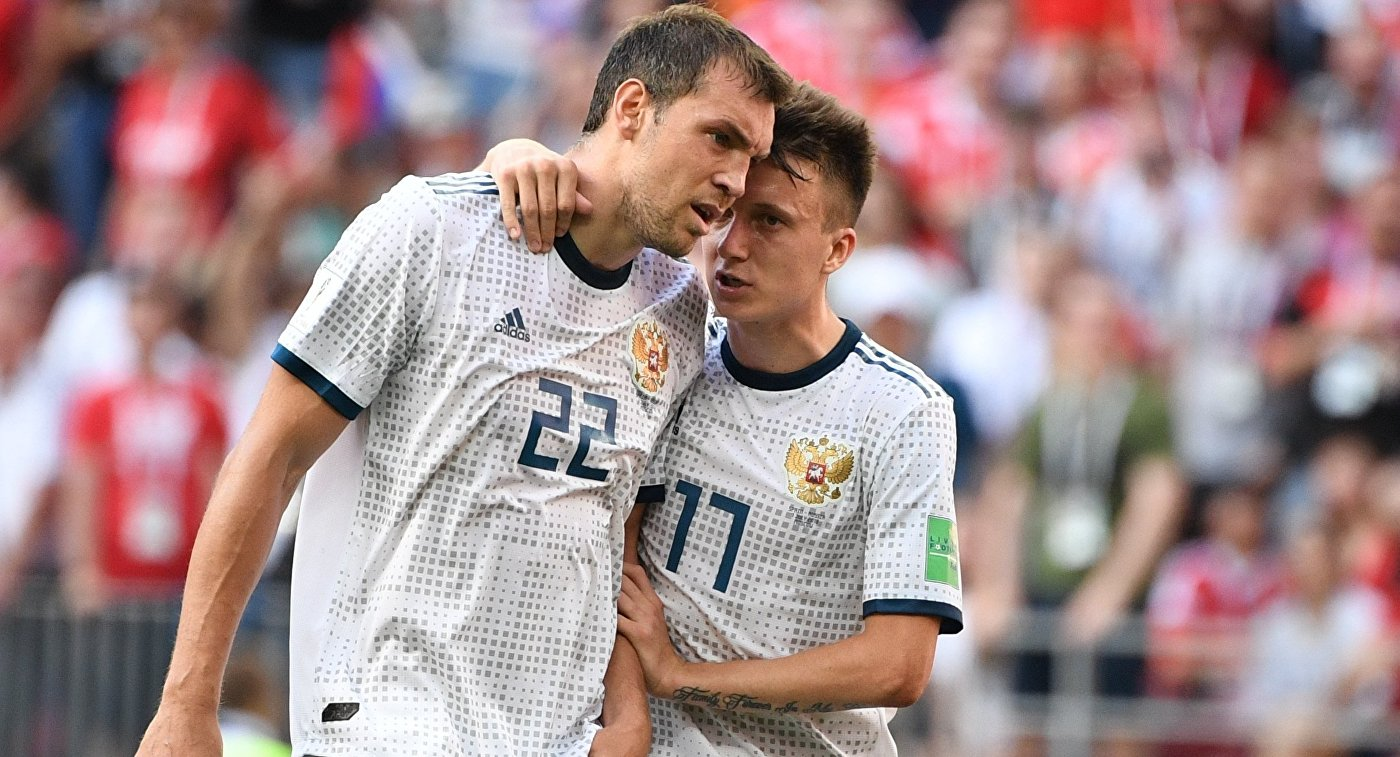 Футболисты сборной России Артем Дзюба и Александр Головин (справа)