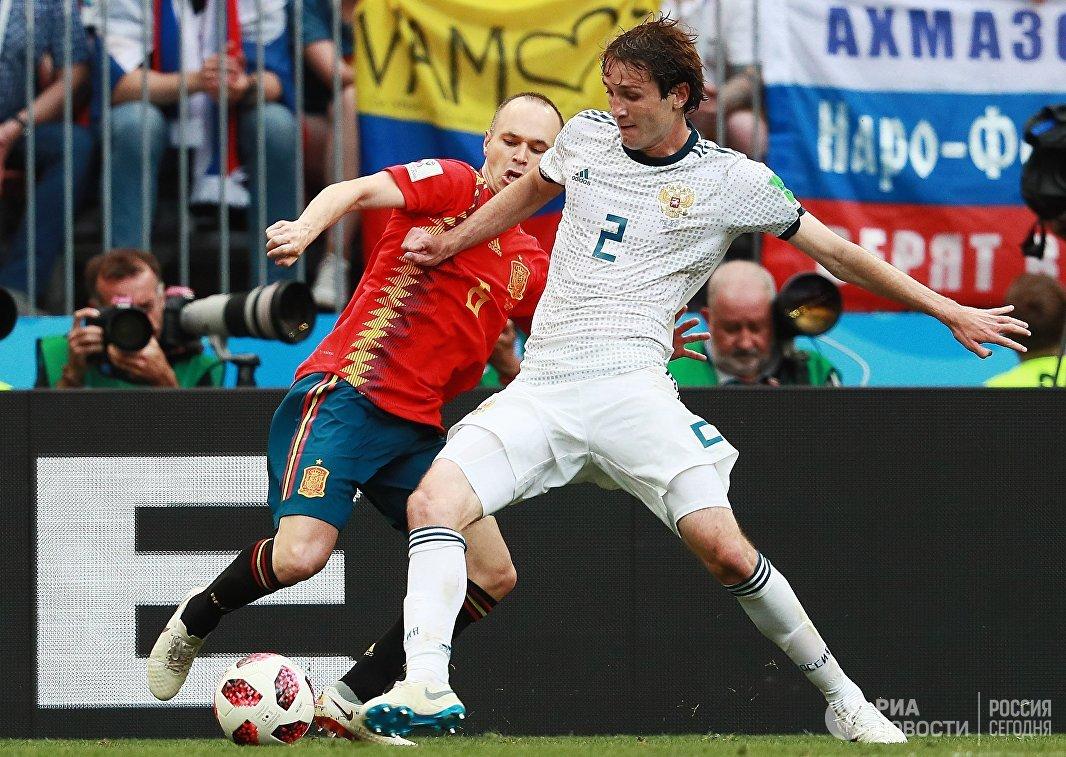 Испанский полузащитник Андрес Иньеста и защитник сборной России Марио Фернандес