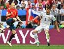 Испанский полузащитник Андрес Иньеста и защитник сборной России Илья Кутепов (Слева направо)