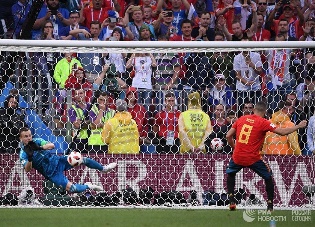 Российский вратарь Игорь Акинфеев отбивает удар с пенальти испанского футболиста Коке