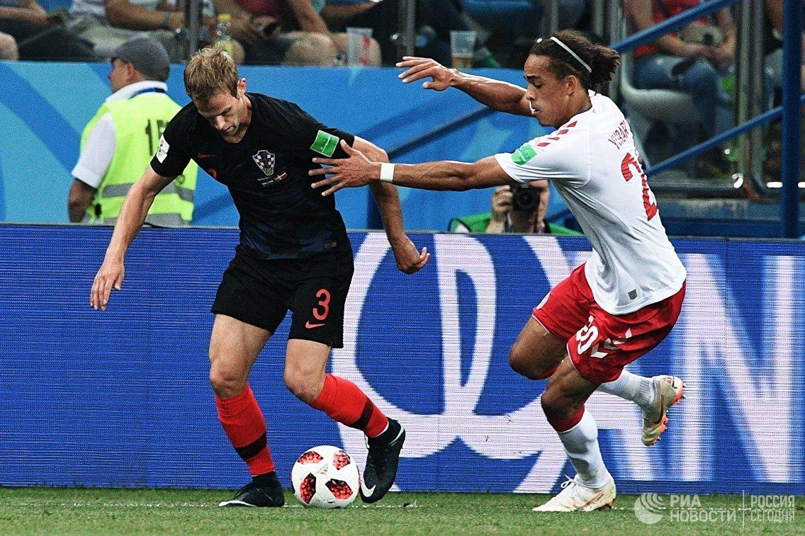 Защитник сборной Хорватии Иван Стринич и вингер датской команды Юссуф Поульсен (Слева направо)