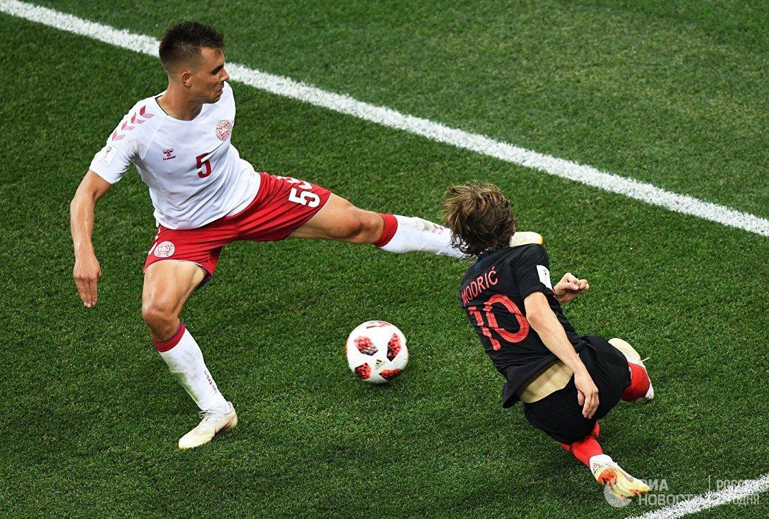 Датский защитник Йонас Кнудсен и полузащитник сборной Хорватии Лука Модрич (Слева направо)