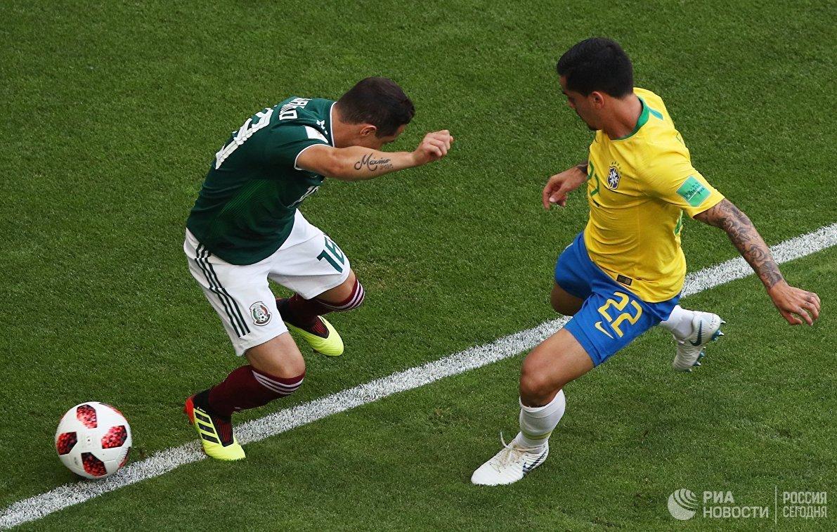 Полузащитник сборной Мексики Андрес Гуардадо и бразильский защитник Фагнер (Слева направо)