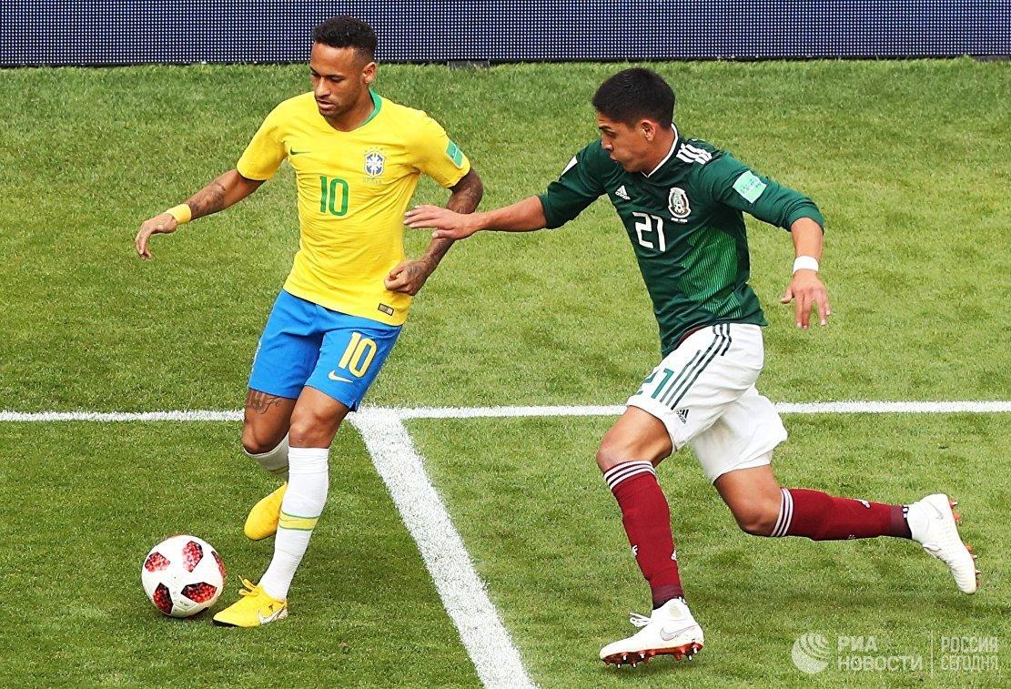 Бразильский нападающий Неймар и мексиканский защитник Эдсон Альварес (Слева направо)