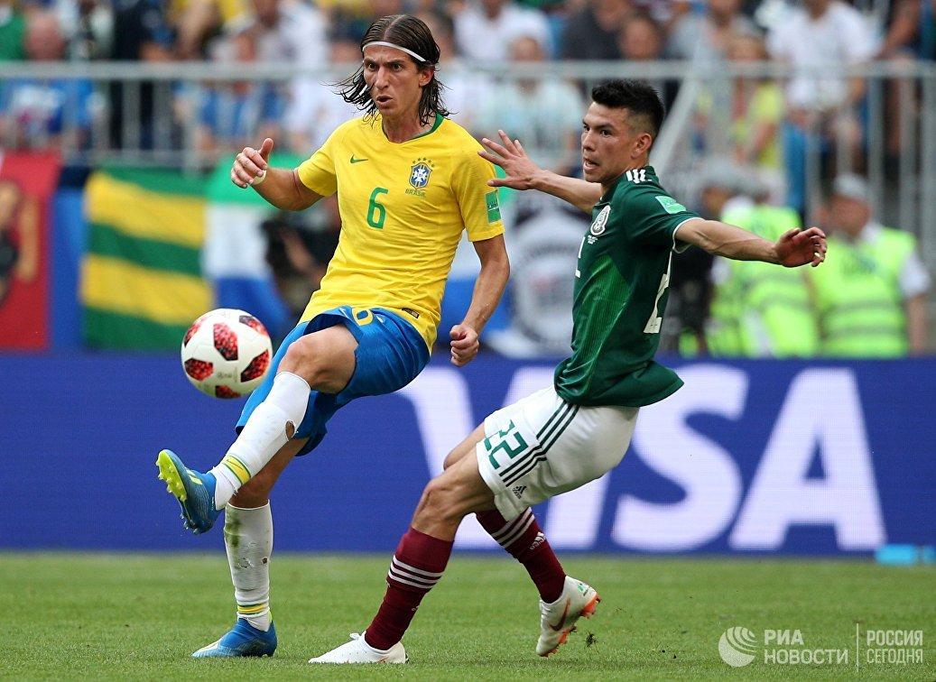 Бразильский защитник Филипе Луис и мексиканский нападающий Ирвинг Лосано (Слева направо)