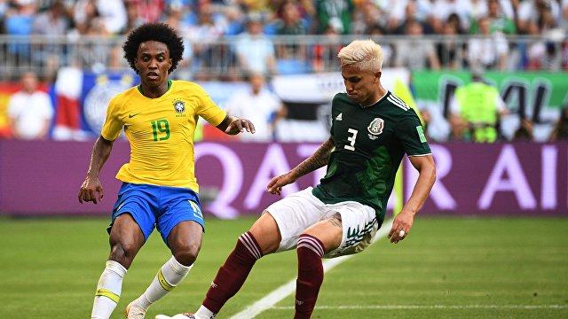 Бразильский вингер Виллиан и защитник сборной Мексики Карлос Сальседо (Слева направо)