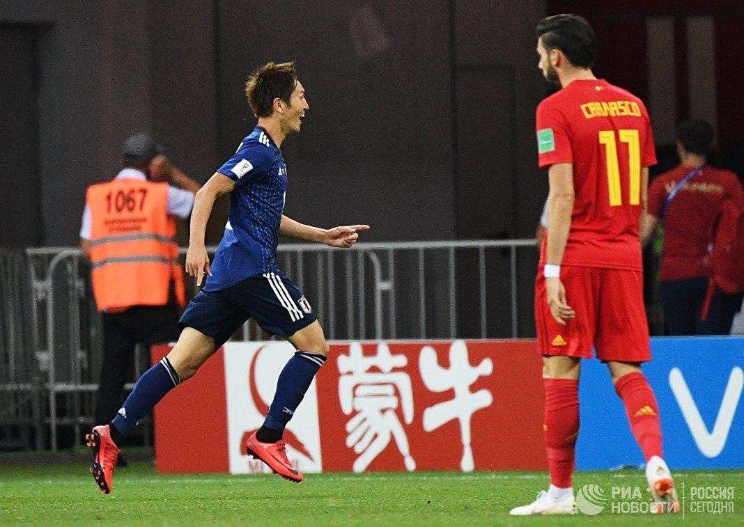 Полузащитник японской сборной Гэнки Харагути (слева)