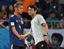 Слева направо: Кэйсукэ Хонда (Япония) и главный тренер сборной Японии Акира Нисино