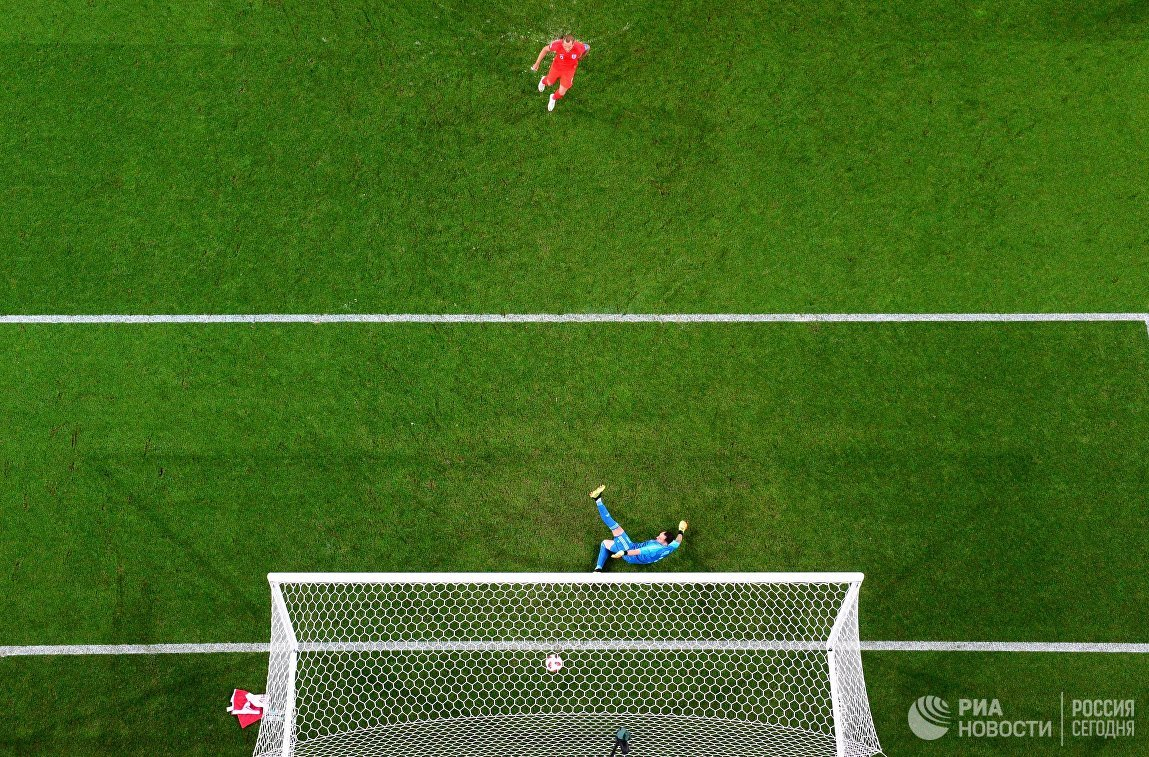 Давид Оспина пропускает гол в свои ворота от английского форварда Харри Кейна
