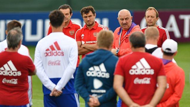 Главный тренер сборной России Станислав Черчесов (на втором плане второй справа)