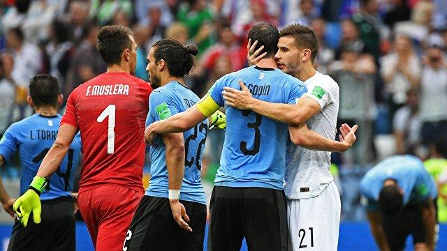 Защитник сборной Франции Люка Эрнандес, защитник сборной Уругвая Диего Годин, защитник сборной Уругвая Мартин Касерес, вратарь Фернандо Муслера (справа налево)
