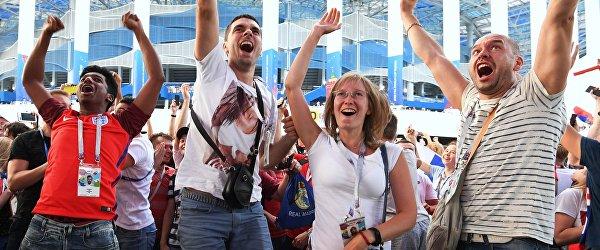 Болельщики радуются победе сборной России у стадиона Нижний Новгород