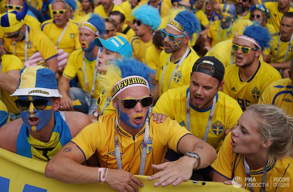 Болельщики перед матчем ЧМ-2018 по футболу между сборными Швеции и Англии