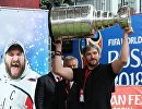 Капитан клуба Вашингтон Кэпиталз, хоккеист Александр Овечкин демонстрирует Кубок Стэнли