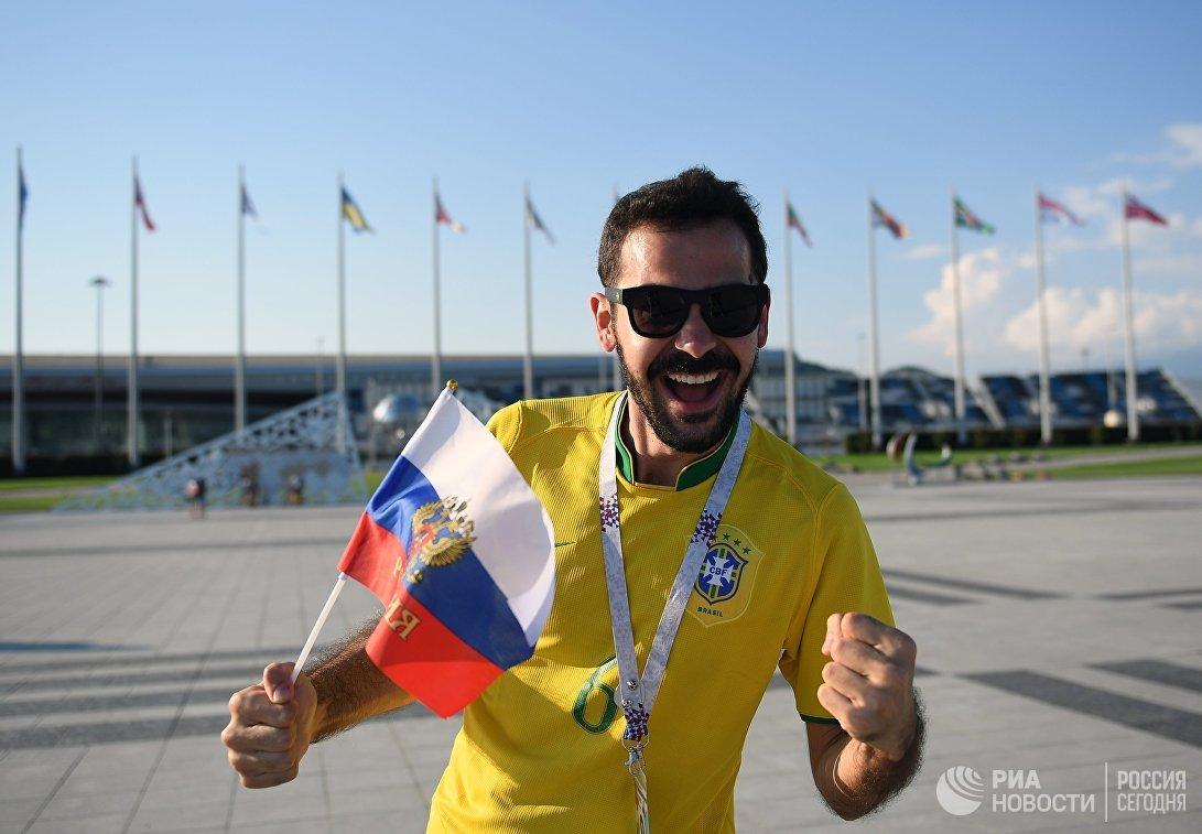 Бразильский болельщик перед началом матча 1/4 финала чемпионата мира между сборными России и Хорватии