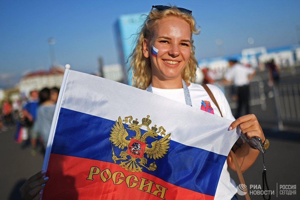Болельщица сборной России перед матчем ЧМ-2018 между сборными России и Хорватии в Сочи