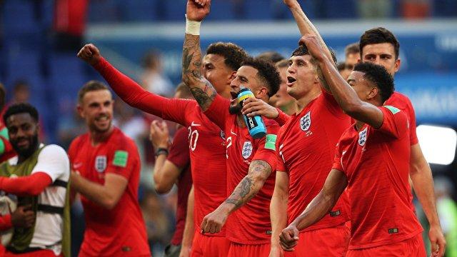 Футболисты сборной Англии радуются победе