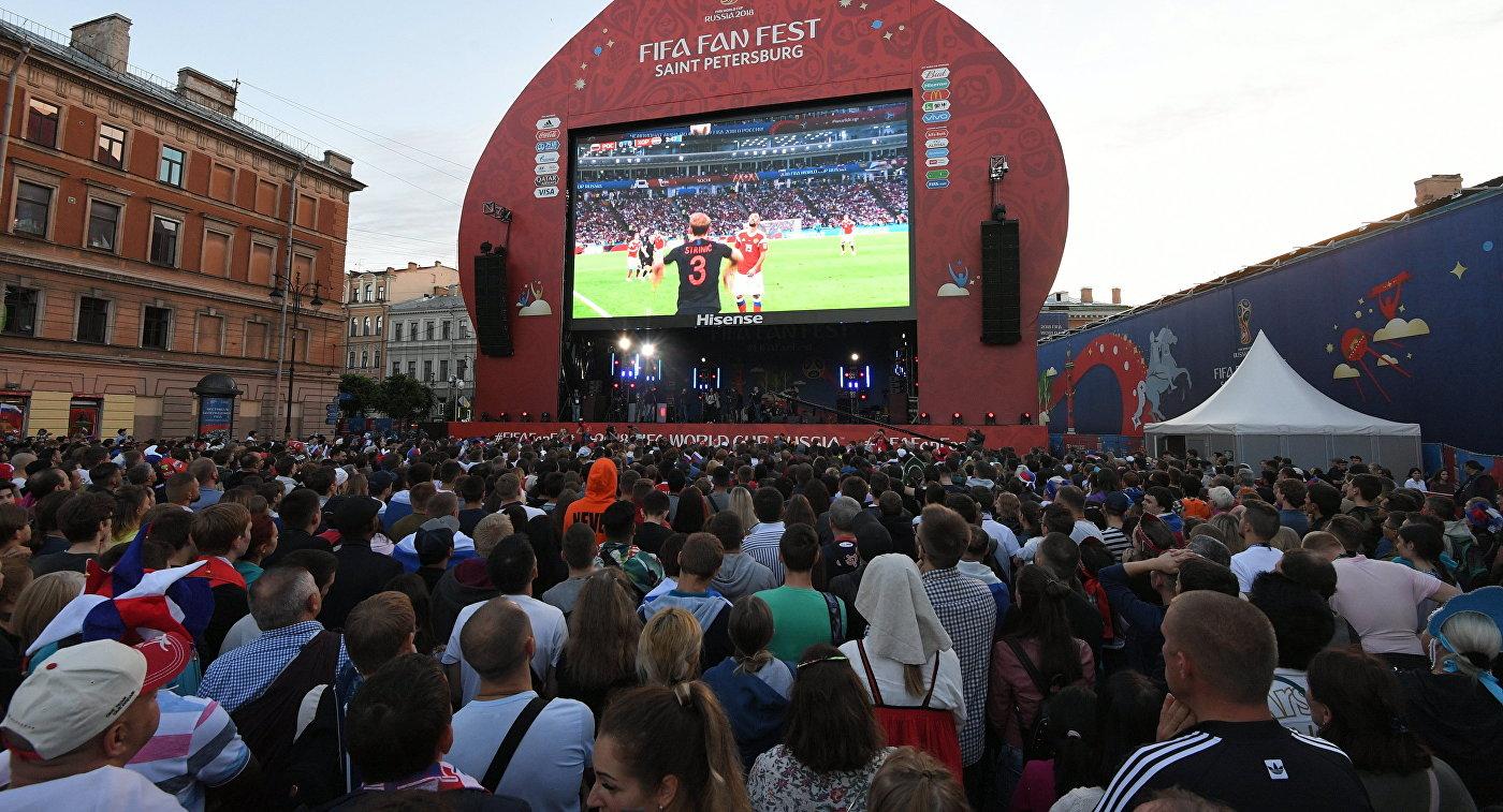 Болельщики в Санкт-Петербурге смотрят матч Россия-Хорватия