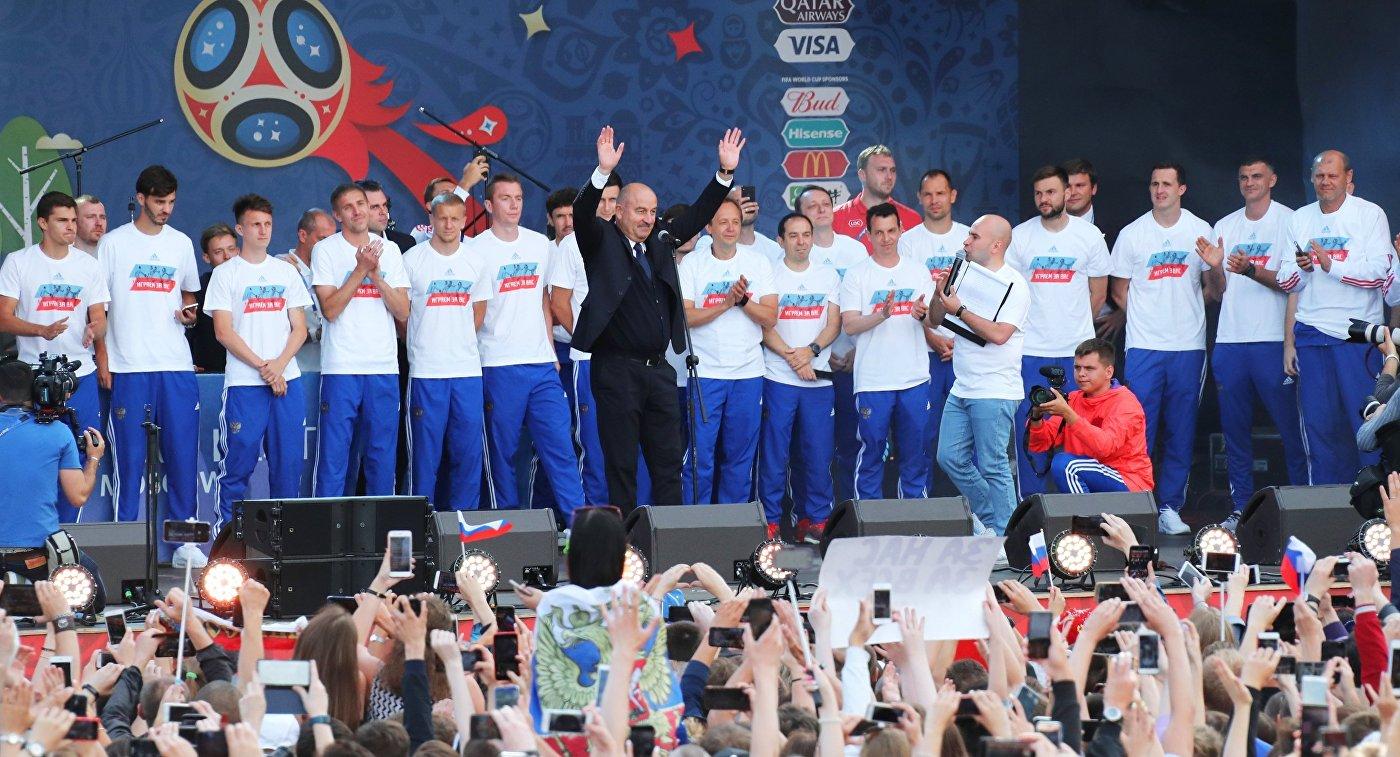 Сборная России по футболу и главный тренер сборной России Станислав Черчесов