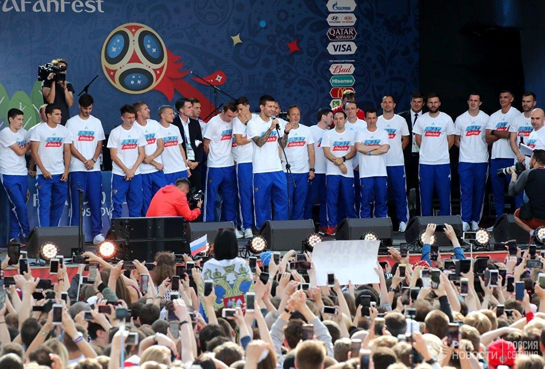 Форвард сборной России по футболу Федор Смолов (в центре)