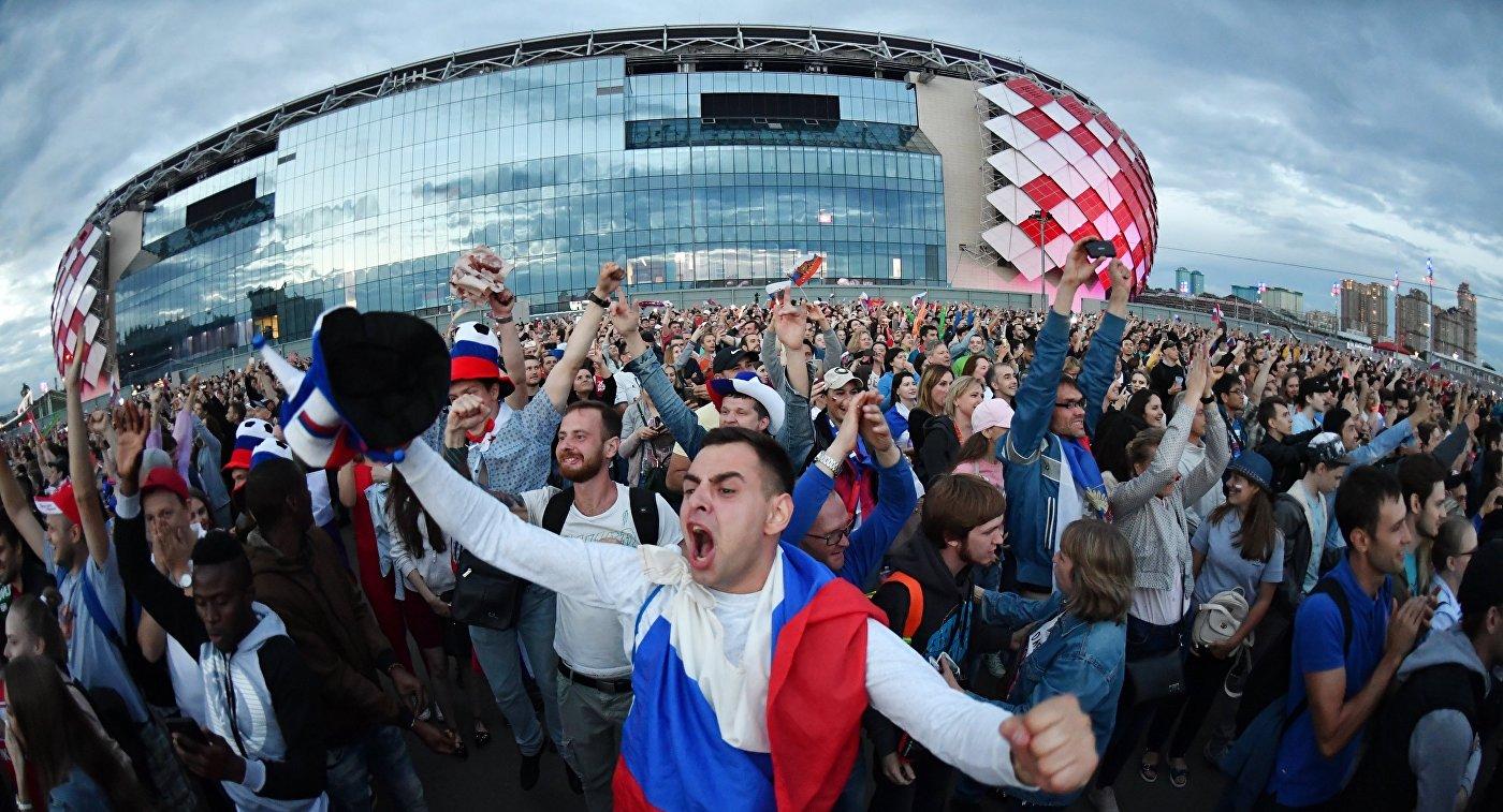 Болельщики в фан-зоне возле стадиона Спартак в Москве