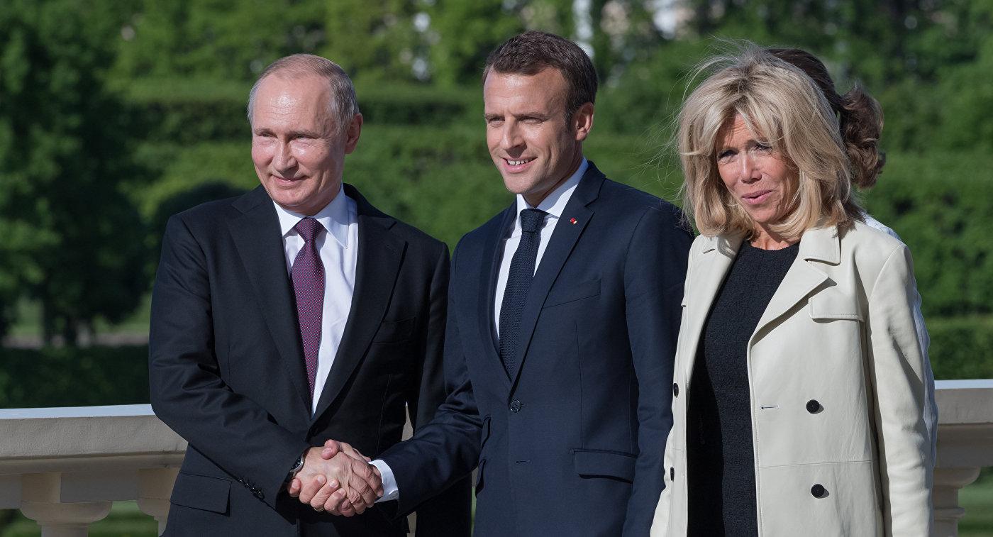 Президент РФ Владимир Путин и президент Франции Эмманюэль Макрон с супругой Брижит