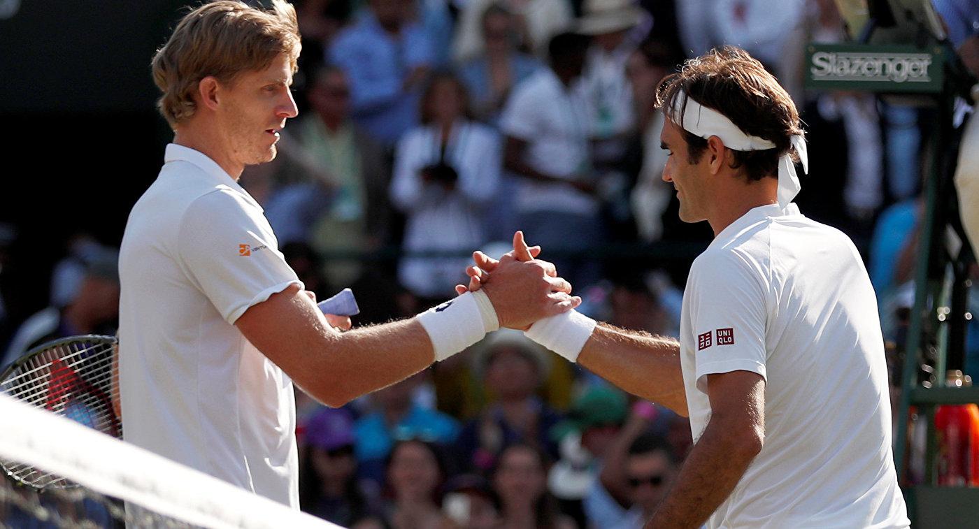 Теннисист Роджер Федерер (справа)