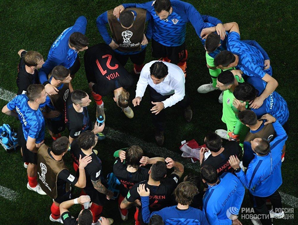 Футболисты сборной Хорватии слушают тренера Златко Далича